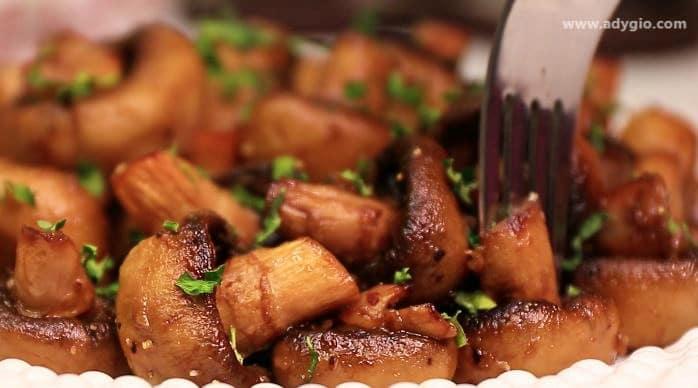 Ciuperci la cuptor cu usturoi servite cu patrunjel
