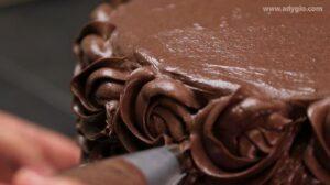 Tort de ciocolata, decorare tort cu crema de jur imprejur