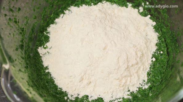 Rulada aperitiv incorporare faina si praf de copt in spanacul cu oua si lapte