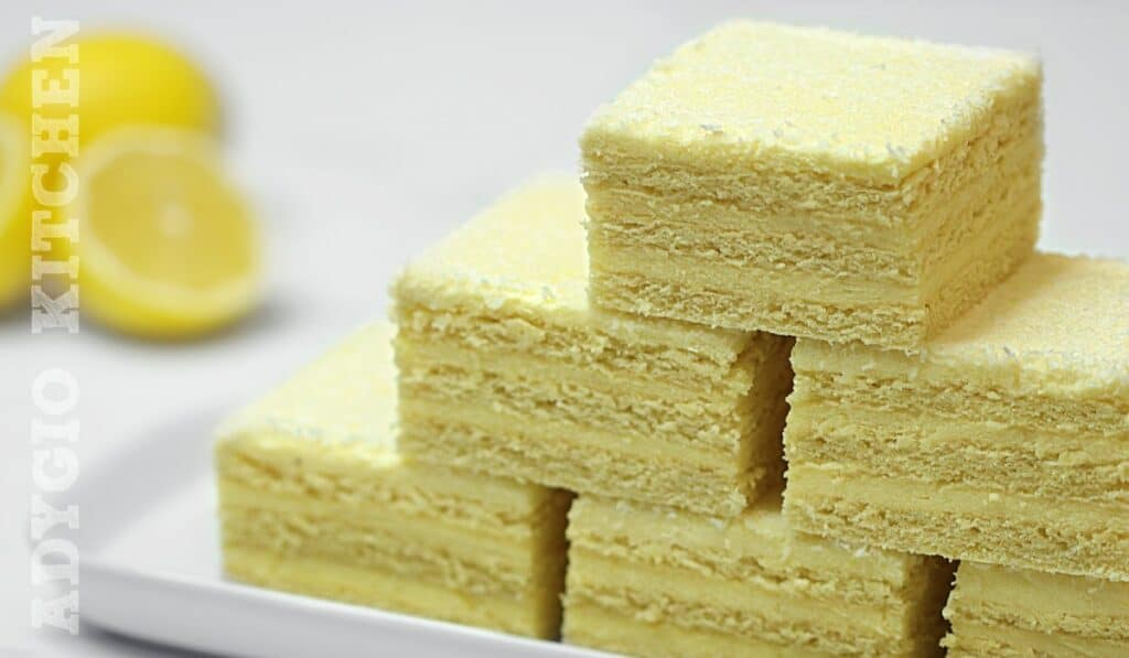 Prajitura Alba ca Zapada taiata in cuburi sau patrate, prajitura Lamaita cu crema de lamaie