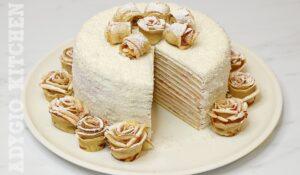 Tort de clatite Alb ca Zapada cu mascarpone, dulceata de zmeura si trandafiri din clatite presarati cu zahar pudra