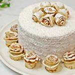 Tort de clatite Alba ca Zapada cu mascarpone si dulceata de zmeura, un tort de clatite cu trandafiri din clatite rulate pudrate cu zahar si umplute cu dulceata