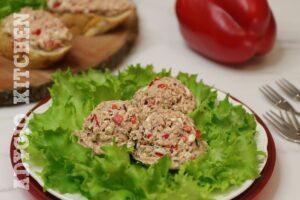 Salata de ton cu maioneza si ceapa rosie servita pe salata ca aperitiv rapid