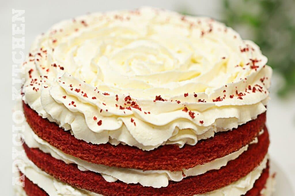 Tort Red Velvet cu blat colorat si crema fina de branza cu frisca