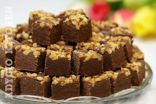 Ciocolata de casa patratele de ciocolata pe platou