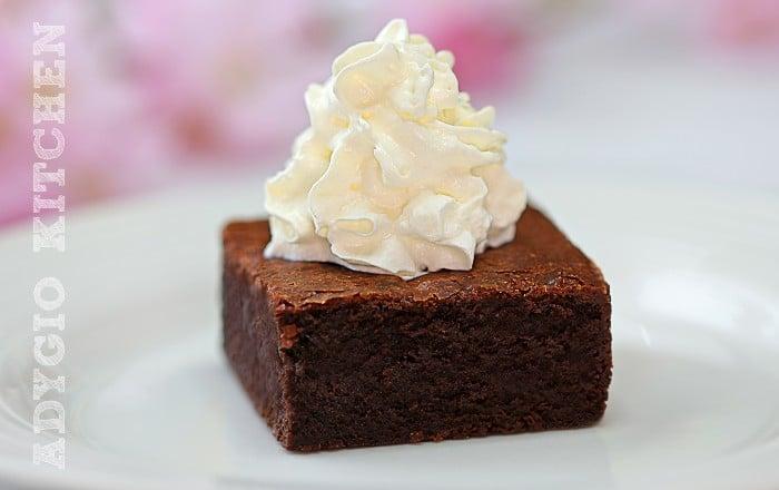 Negresa reteta brownie servita cu frisca batuta sau smantana dulce