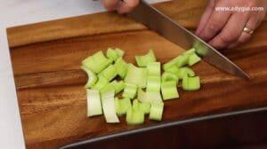 Pregatirea cozilor de telina pentru reteta de cotlet de miel la cuptor