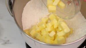 Adaugare unt in amestecul de ingrediente uscate pentru foile fragede